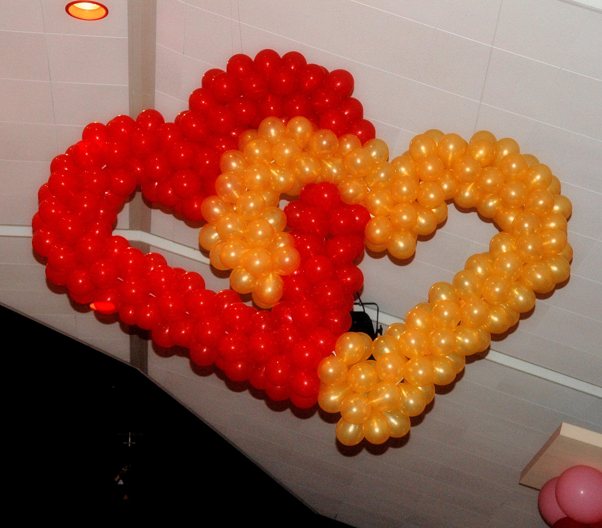 Ballonnendecoratie - Ballonnenharten in elkaar gevlochten gemaakt van 5 inch ballonnen