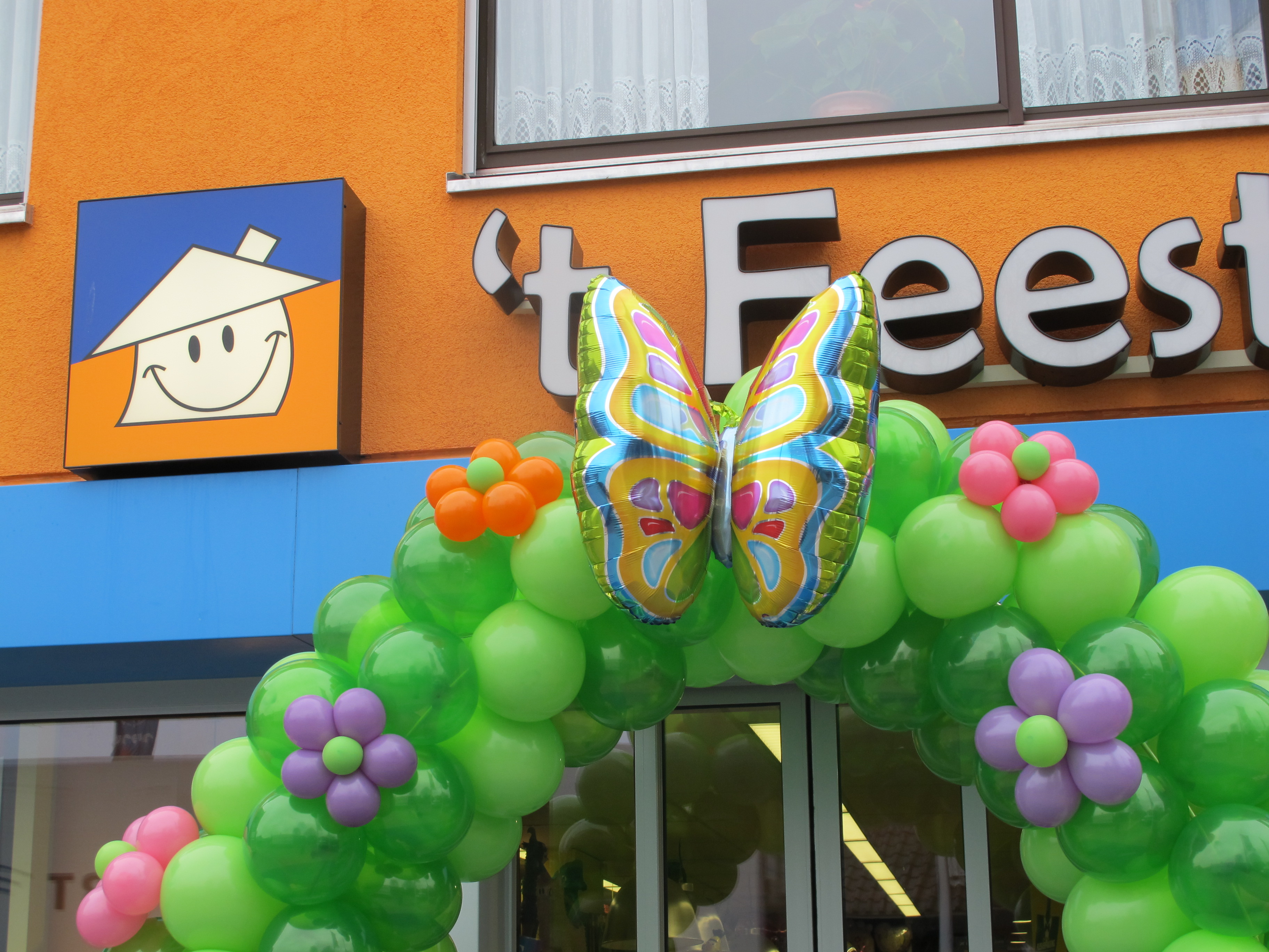 Ballonnendecoratie - Kleine ballonnenrozet gemaakt van 5 inch ballonnen, hier te zien op een ballonboog