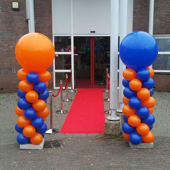 Ballondecoratie - Oranje-blauwe ballonnenzuilen